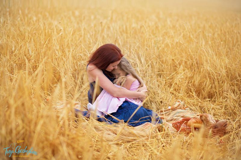 Фото женщины с ребенком в поле