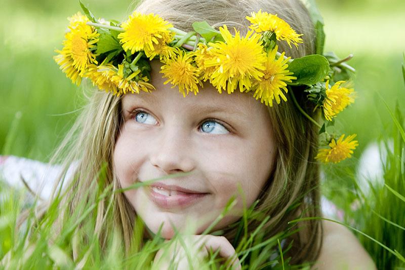 Девочек 5-6 лет (2-3 девочки) - длинные волосы, хрупкое телосложение